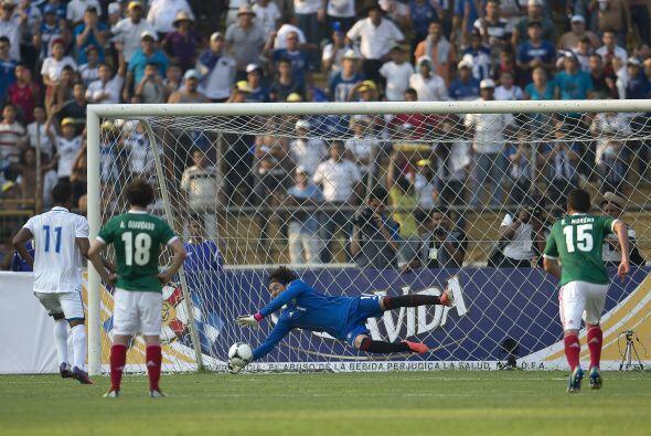 En otro de los juegos importantes del día, Guillermo Ochoa detuvo un pen...