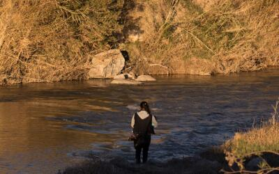 El río Bravo es estrecho pero suele tener fuertes corrientes que...