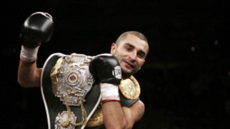 Vic Darchinyan derrotó sin problemas a Yonnhy pérez y se convirtió en ca...