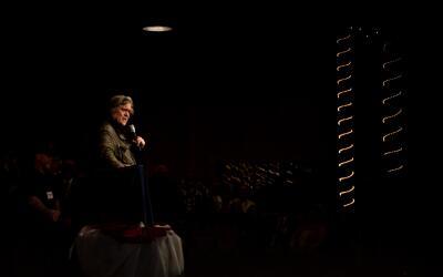 Steve Bannon expresando su apoyo al candidato republicano al Senado Roy...