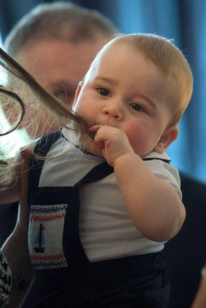 Y hasta parece que sabe muy bueno, porque el pequeño George se saborea e...