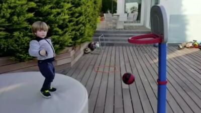 Sasha Piqué Mebarak demuestra tener talento para el tenis y para el balo...