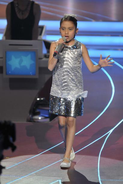 ¡Este vestidito plateado le quedaba muy bien a la pequeña Kenia!