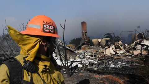 Más de 2,500 bomberos luchan contra la furia de las llamas del in...