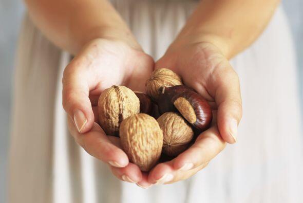"""Nueces. """"Estos frutos contienen ácido alfa-linolénico, que el cuerpo con..."""