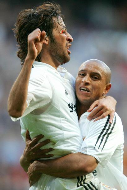 El gran 'Angel de Madrid', Raúl, levantado por Roberto Carlos tras uno d...
