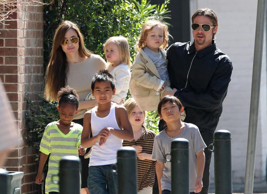 Hijos de angelina Jolie. Maddox, Pax, Zahara, Shiloh caminando y en braz...