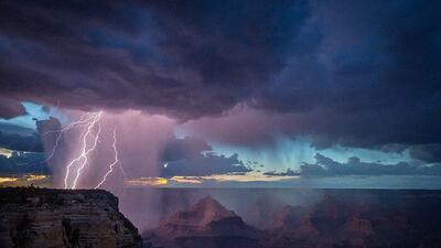 Lluvia de relámpagos de la temporada de monzon en el Gran Cañón.