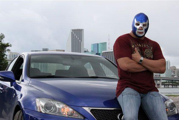 El luchador llegó para cumplir su misión: Ser el héroe de la pista de ba...