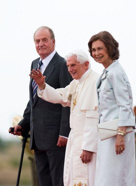 El papa Benedicto XVI saluda a la multitud rodeado por la reina Sofía y...
