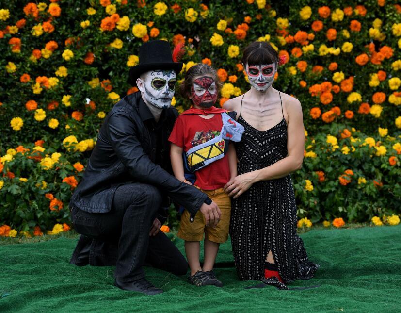 Miles de personas celebraron el Día de Muertos en Hollywood.