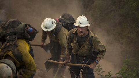 Los bomberos de California continúan luchando contra las llamas d...