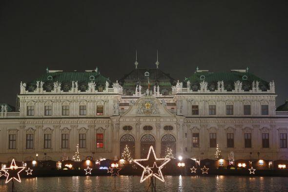 8. Viena.- Los mercadillos de Viena en esta época navideña venden orname...