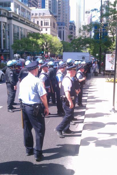 La policía bloqueó la zona norte del puente de la misma avenida, causand...