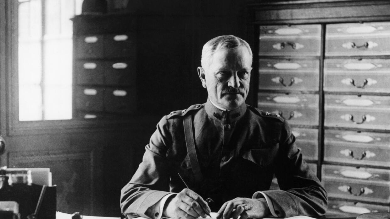 El General Pershing en su comando en Francia, cuando encabezaba la fuerz...
