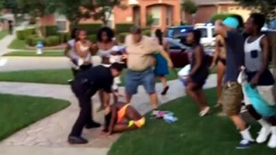 Policía agrede a adolescentes en Texas