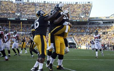 Los Steelers festejan uno de los TD's que consiguieron para llevarse su...
