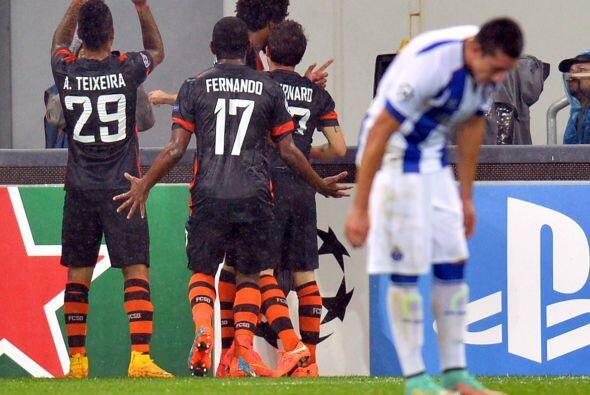 Héctor Herrera no podía creer los dos goles del Shakhtar.