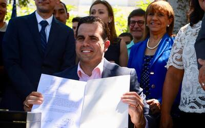 El gobernador Ricardo Rosselló firma la reforma educativa.