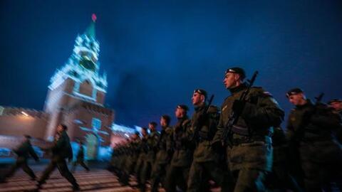 Soldados rusos marchan en frente de la Torre Spasskaya.