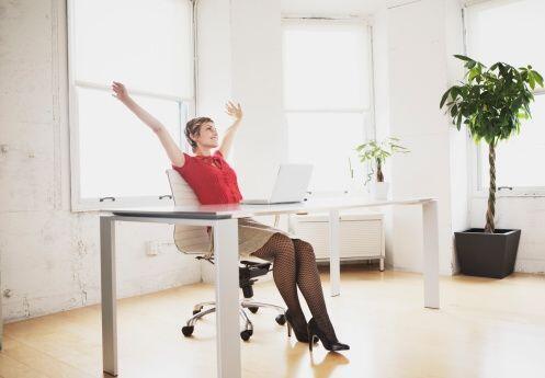 Levantar una pierna, extenderla y contar 3 segundos; para luego baja el...