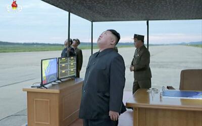 El líder Kim Jong mira hacia el cielo en lo que, según la...