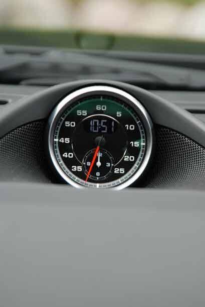 Típico de Porsche, el cronómetro análogo montado en el centro de la cons...