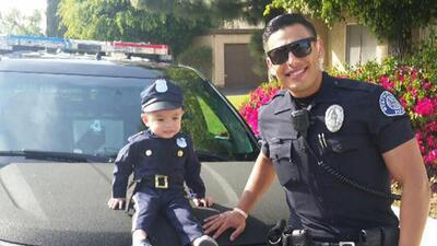 """Policía Miguel """"Mike"""" Gradilla y el pequeño Tayden Nguyen."""
