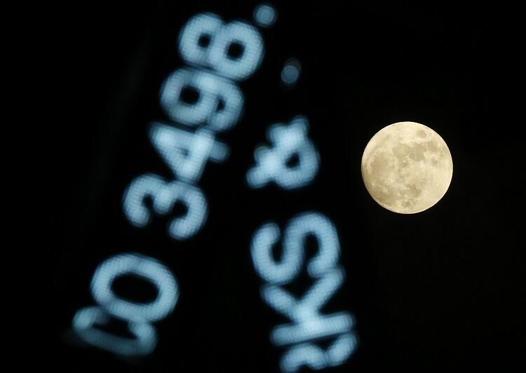 Fría luna llena en Navidad
