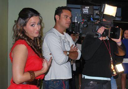 La reina bromeó un poco mientras los productores y camarógrafos estaban...