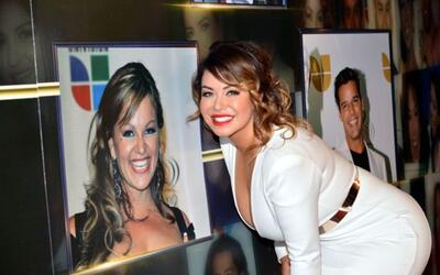 Chiquis Rivera, aquí frente a la imagen de su madre Jenni Rivera,...