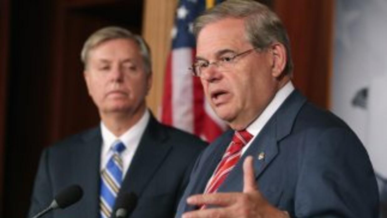 A la derecha el senador Bob Menéndez (demócrata de Nueva Jersey) junto a...