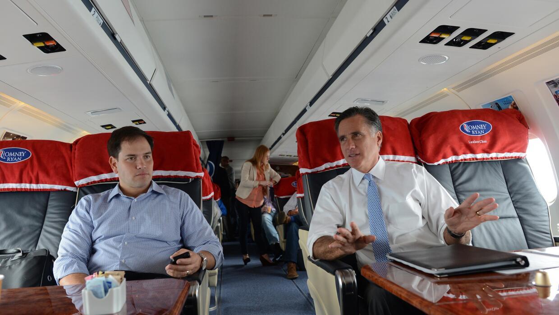 El entonces candidato Mitt Romney viaja con Marco Rubio en 2012.