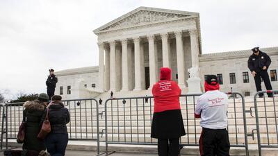 Activistas anti aborto rezan frente al edificio de la Corte Suprema de J...