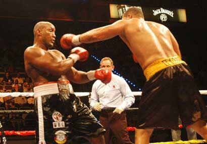 El boricua Rossy, derecha, impuso su mejor boxeo ante un rival má...
