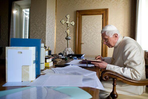En el palacio pontificio también recibe de invitados al secretari...