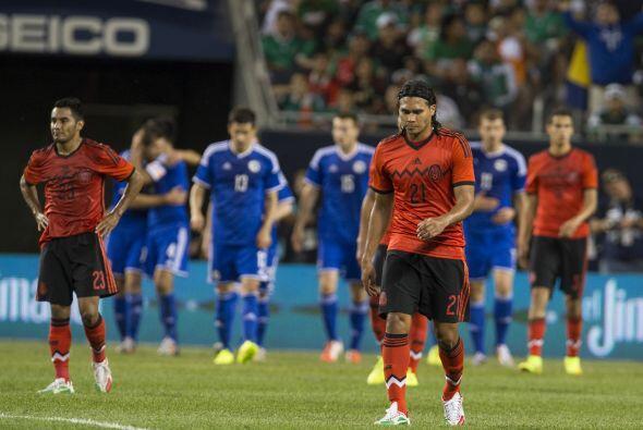 Carlos Peña (7): Esta vez no fue factor en la mitad de la cancha. El 'Gu...