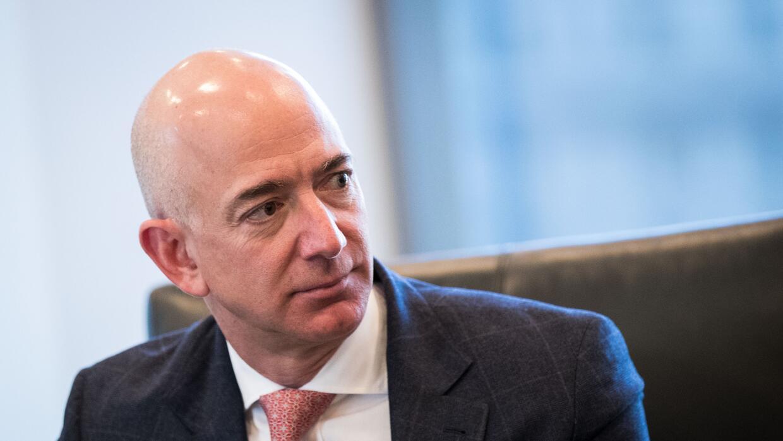 El fundador de Amazon, Jeff Bezos, durante la visita de los líderes tech...