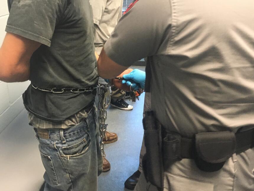 Revisión de los migrantes detenidos antes de ser procesados.