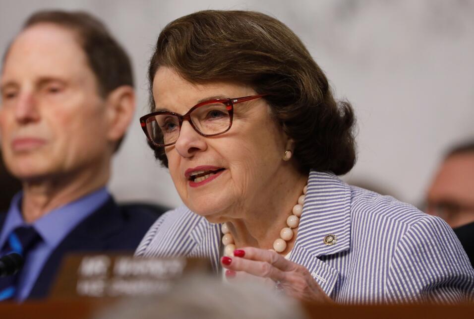La senadora estadounidense Dianne Feinstein (D-CA) interviene en la comp...