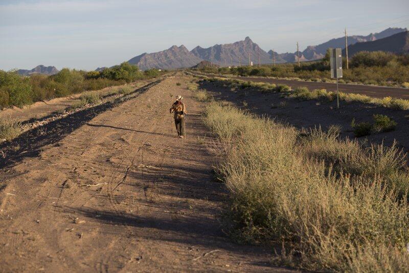 En un principio, él solo quería recorrer a pie las 1,000 millas fronteri...
