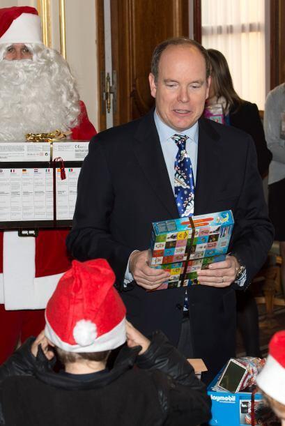 El príncipe Albert también lucía muy contento ayudando en la labor Santa...