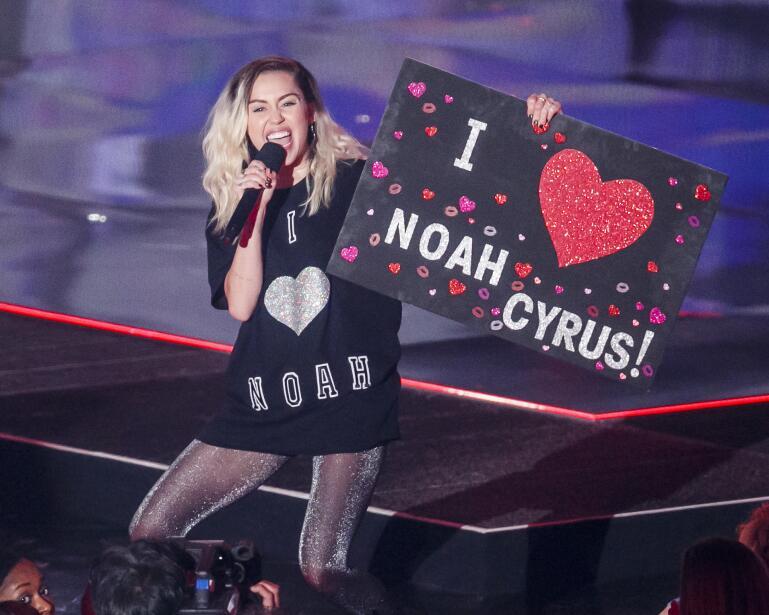 Miley Cyrus presentó a su hermana Noah como la nueva sensación musical.