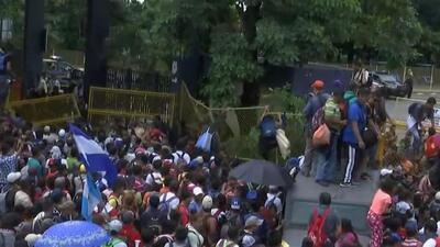 En video: El momento en el que los migrantes de la caravana rompen la cerca en la frontera