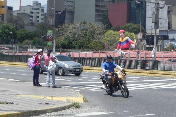 El venezolano, y especialmente el caraqueño, se traslada en moto, por la...