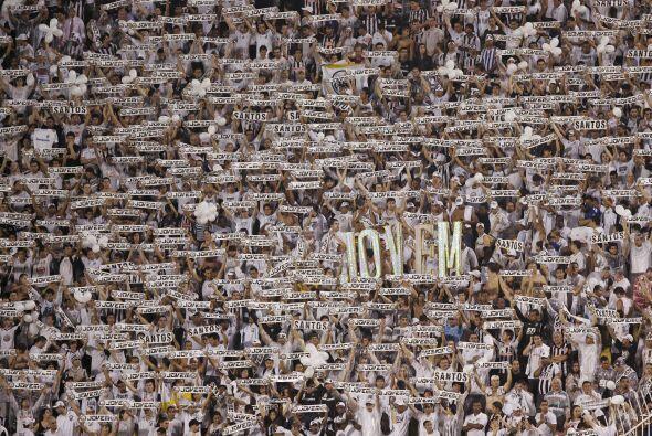 Esta es la hinchada del Santos en su estadio de Villa Belmiro, sin duda...