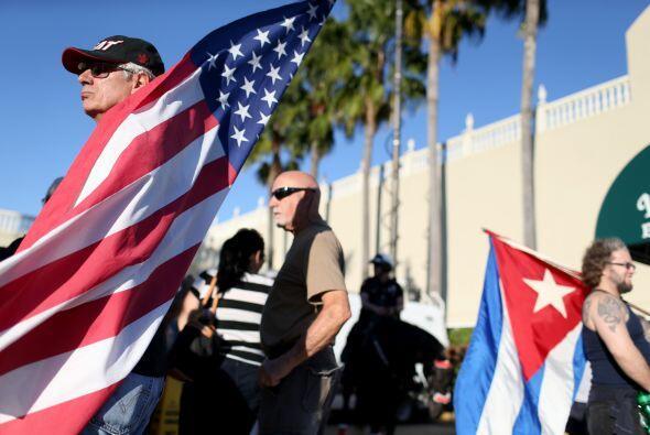 Muchos cubanos en Miami se apostaron afuera del restaurante La Pequeña H...