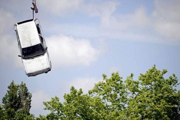 Un auto fue rescatado con grúa en el sureste de Francia donde las inunda...