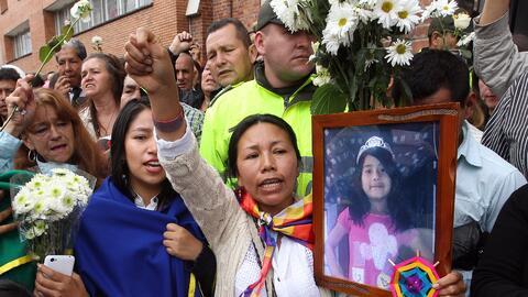 Un grupo de personas acompaña el féretro de la niña...