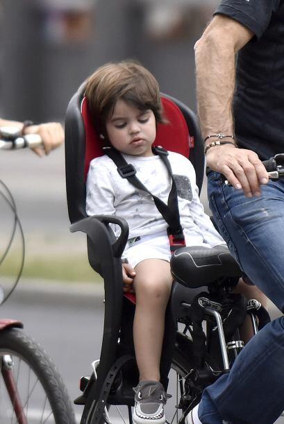 Milancito quedó agotado de tanta diversión que disfrutó medio paseo dorm...